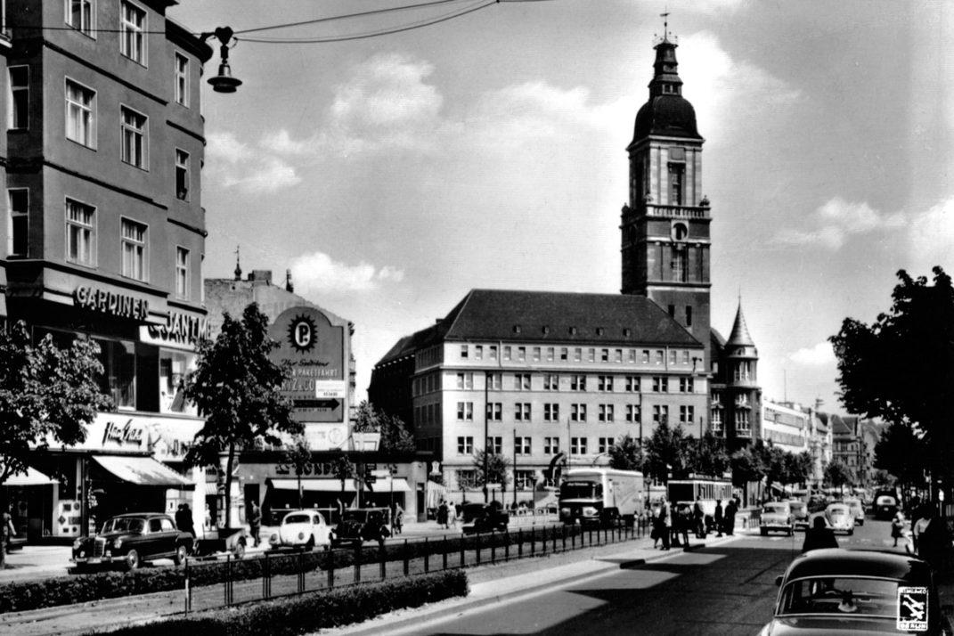 Schwarz-Weiß-Foto des Rathaus' Friedenau