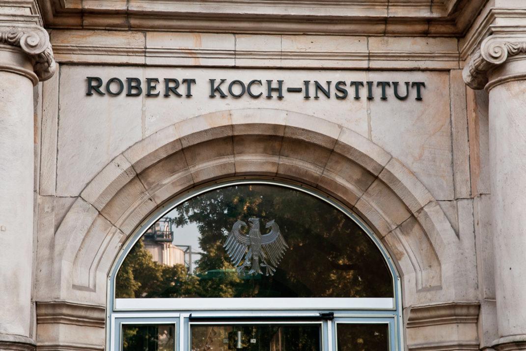 Foto des Eingangs zum Robert-Koch–Institut